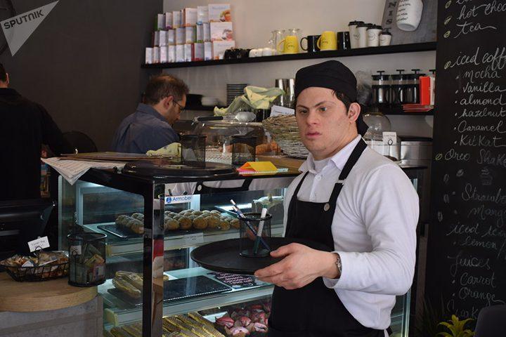 """مقهى فريد من نوعه في لبنان موظفيه من """"متلازمة داون"""""""