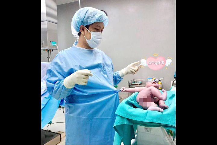 """""""رجعنى جوا تانى"""".. رضيع يمسك بملابس الطبيب عقب ولادته بلحظات"""