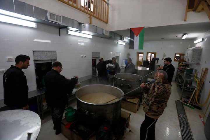 الفلسطينيون يحضرون الطعام ليوزعوا مجاناً في مدينة الخليل بالضفة الغربية ، 05 مارس 2019. تأسست التكية النبي إبراهيم في عام 960 م ، حيث يوفر المعهد الطعام لأكثر من 2000 أسرة أسبوعياً ، والعمال هم موظفون حكوميون وجميعهم يتم توفير تكاليف الغذاء من قبل سكان مدينة الخليل ، حيث يستطيع الأغنياء والفقراء الحصول على الغذاء.