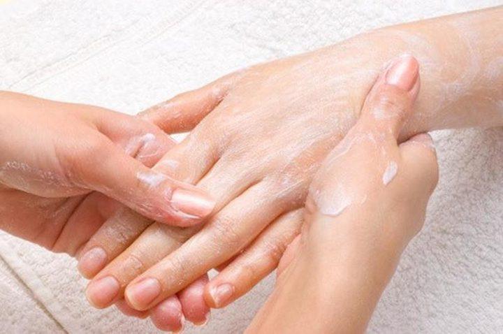 وصفة مجربة لتنعيم وتفتيح اليدين