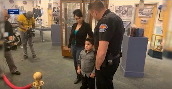 """مومو تسبب الرعب لطفل.. شرطة """"نيو مكسيكو"""" تمنحه مصباح ودب تعويضا"""