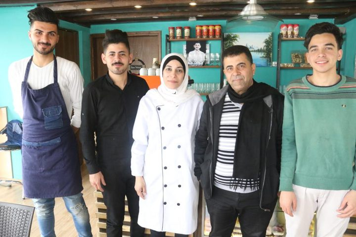 """"""" صابرين"""" تقود مشروعاً عائلياً لتشغيل أبنائها في غزة"""