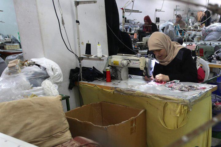 سيدات يعملن في مشغل خياطة بمدينة قلقيلية
