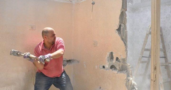 عائلتان فلسطينيتان تشرعان بهدم منزليها في القدس