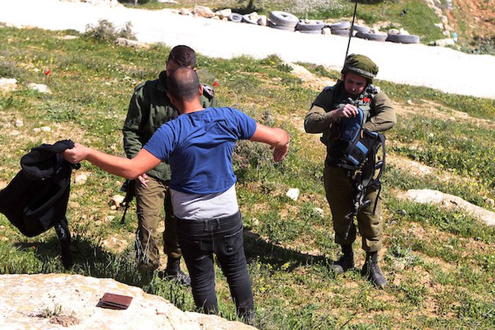 جنود إسرائيليون يقفون حراسة عندما قامت جرافة إسرائيلية بهدم أرض في قرية السميية بالقرب من مدينة الخليل بالضفة الغربية ، في 11 مارس / آذار 2019. دمرت القوات الإسرائيلية ودمرت حطام مدرسة ابتدائية فلسطينية في قرية السميية. جنوب الضفة الغربية المحتلة من الخليل.