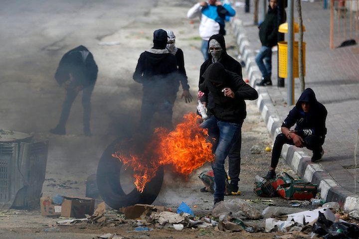 متظاهرون فلسطينيون يرشقون قوات الحتلال الإسرائيلي بالحجارة خلال اشتباكات في مدينة الخليل بالضفة الغربية ، في 15 مارس 2019.