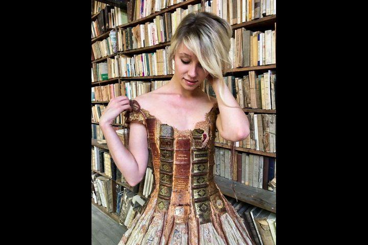 مصممة فرنسية تصنع الفساتين من حواف الكتب في 15 صورة
