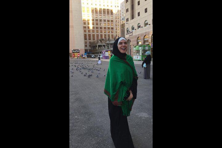 """""""بعباية سمراء وشال أخضر"""".. دينا فى السعودية لأداء مناسك العمرة"""