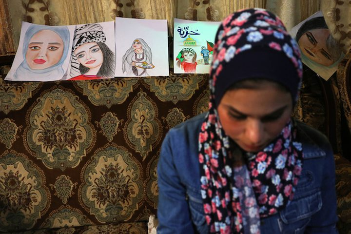 الفنانة الفلسطينية نجاة أبو يوسف ، 20 عامًا ، ترسم الأعمال الفنية بالماكياج ، في منزلها في خان يونس في جنوب قطاع غزة ، في 19 مارس 2019.