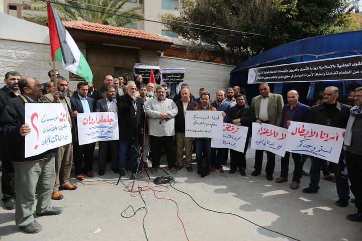 وقفة تضامنية مع الاسرى في سجون الاحتلال امام مكتب الصليب الاحمر في غزة