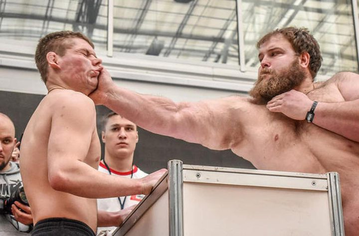 """بطولة """"الصفع"""" تنطلق لأول في سيبيريا.. والجائزة صادمة!"""