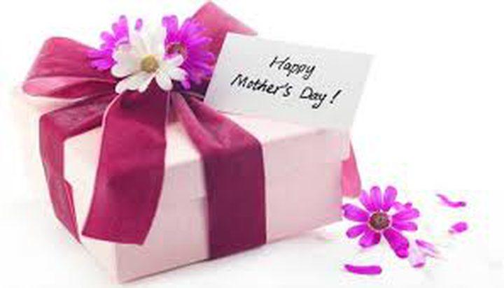 cfb9a498a من الورد للموبايل: كيف تطورت هدايا المدرسات في عيد الأم
