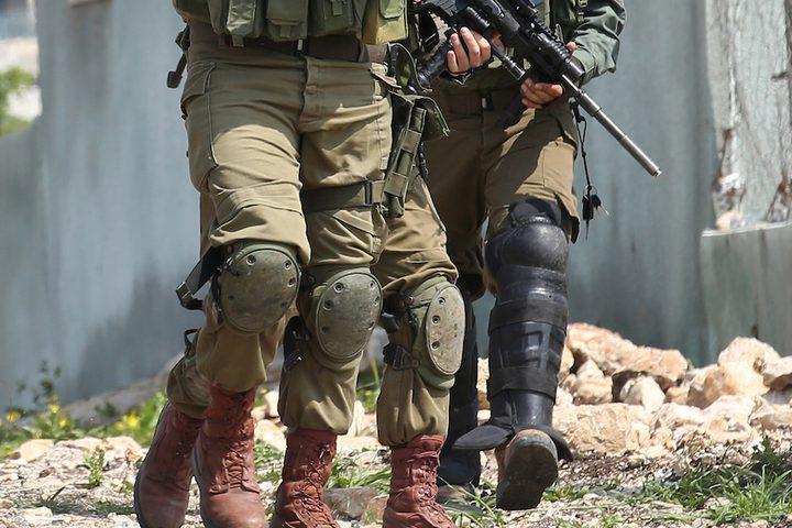 متظاهرون فلسطينيون يلقون الحجارة على قوات الأمن الإسرائيلية خلال اشتباكات في أعقاب مظاهرة أسبوعية ضد مصادرة إسرائيل للأراضي الفلسطينية في قرية كفر قدوم ، بالقرب من مدينة نابلس بالضفة الغربية في 22 مارس 2019.