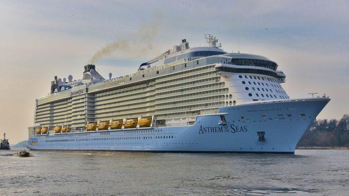 تعطل سفينة وسط البحر وإجلاء 1300 راكب