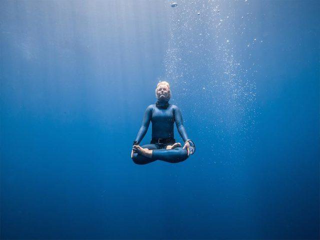 ما يحدث للجسم عند حبس أنفاسك تحت الماء ؟