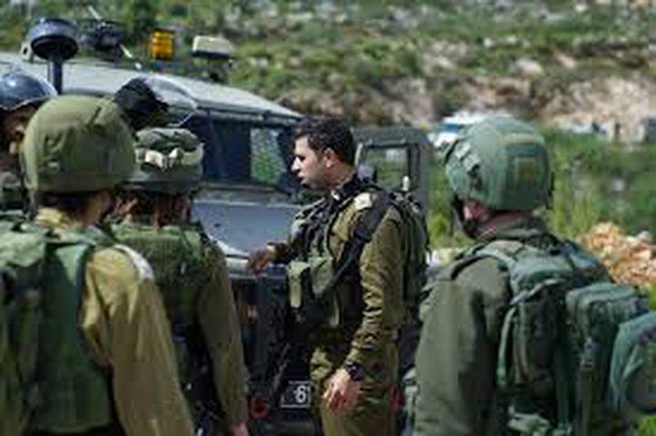 الاحتلال يحتجز شابين من جنين لساعات