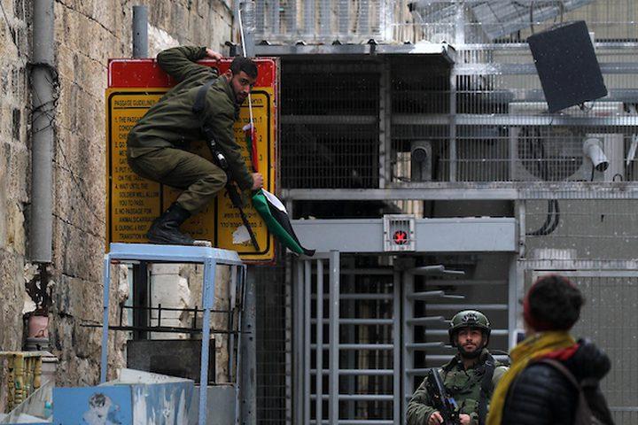 تتخذ قوات الأمن الإسرائيلية موقعًا في الوقت الذي يشارك فيه المتظاهرون الفلسطينيون في احتجاج للاحتفال بالذكرى السنوية الثالثة لمقتل فلسطينيين عبد الفتاح شريف على أيدي الجنود الإسرائيليين في مدينة الخليل بالضفة الغربية ، في 24 مارس / آذار 2019.