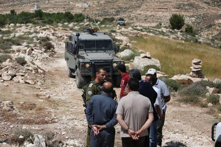 الاحتلال يوقف العمل بطريق زراعية ويحتجز عمالا شرق بيت لحم