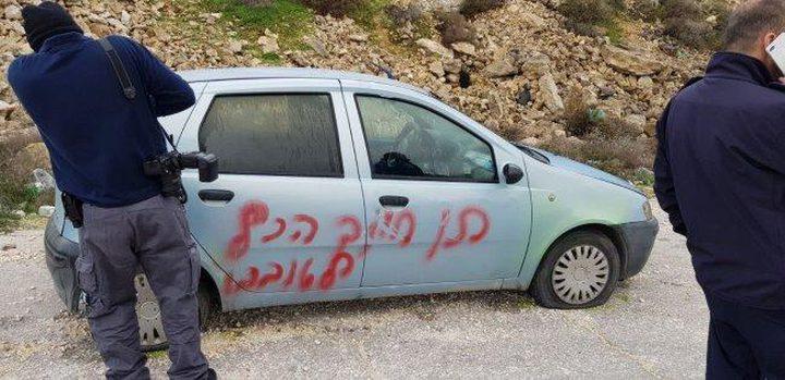 مستوطنون يخطون شعارات عنصرية ويعطبون إطارات 30 مركبة في القدس
