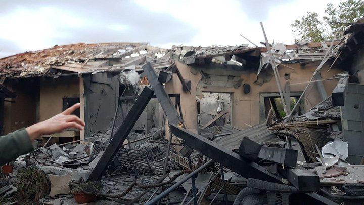 """إصابة 7 """"إسرائيليين"""" في سقوط صاروخ على منزل شمالي """"تل أبيب"""""""