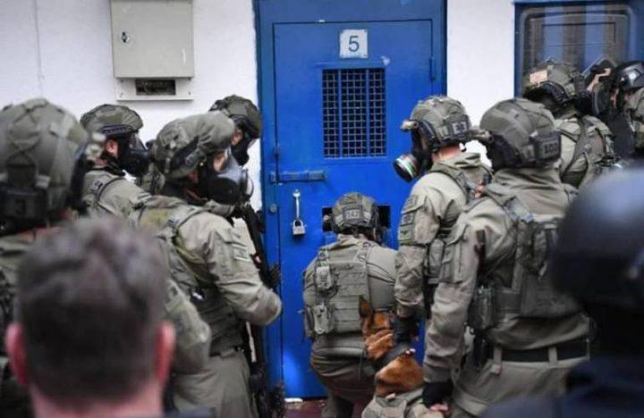 قوات القمع تقتحم عدة أقسام بالنقب بزعم تنفيذ عملية طعن