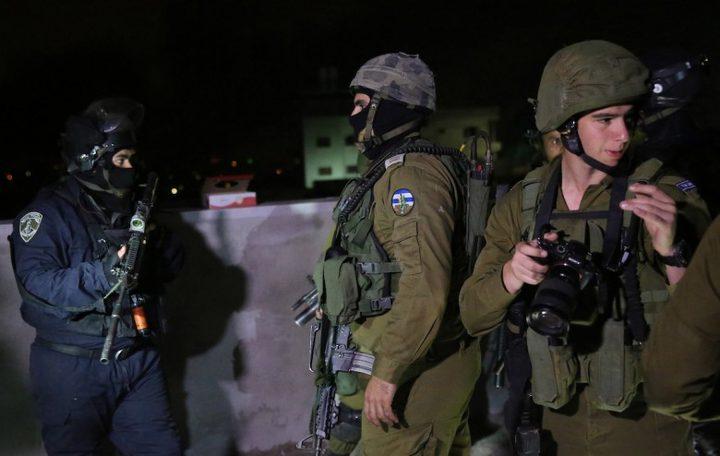 طالت 9 مواطنين.. الاحتلال يشن حملة اعتقالات ومداهمات بالضفة