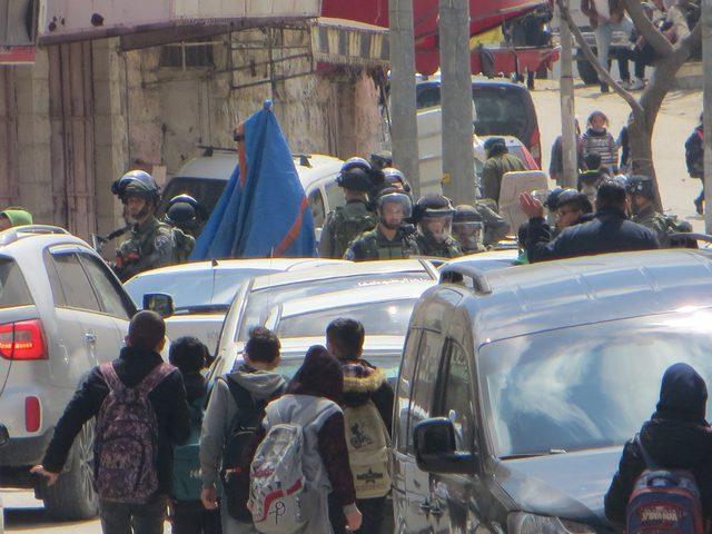 قوات الاحتلال تعتدي على طلاب مدرسة في الخليل