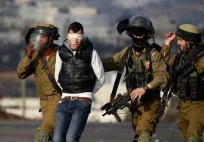 الاحتلال يعتقل فتى من مخيم الفوار