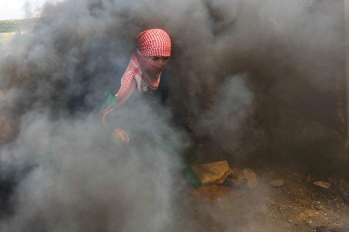 اشتباك طلاب فلسطينيون من جامعة بيرزيت مع قوات الأمن الإسرائيلية بالقرب من حاجز بيت إيل ، بالقرب من مدينة رام الله بالضفة الغربية ، 27 مارس 2019.