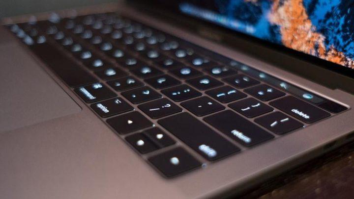 أبل تعتذر لمستخدميها عن مشكلة لوحة مفاتيح MacBook