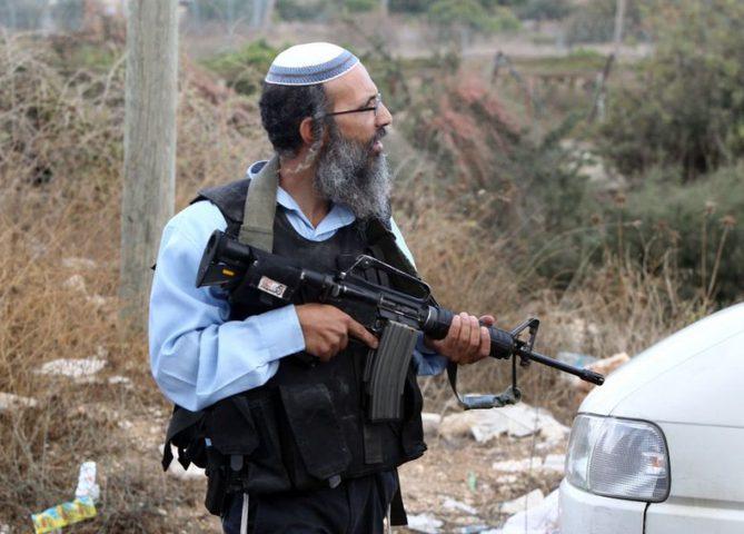 مستوطن يطلق النار باتجاه منازل المواطنين في العروب شمال الخليل