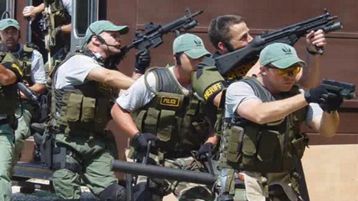 الشرطة الأمريكية تداهم منزلا لدواع صحية طارئة!