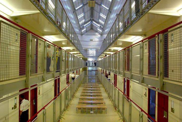 مفاتيح الزنازين بأيدي السجناء في هذا البلد