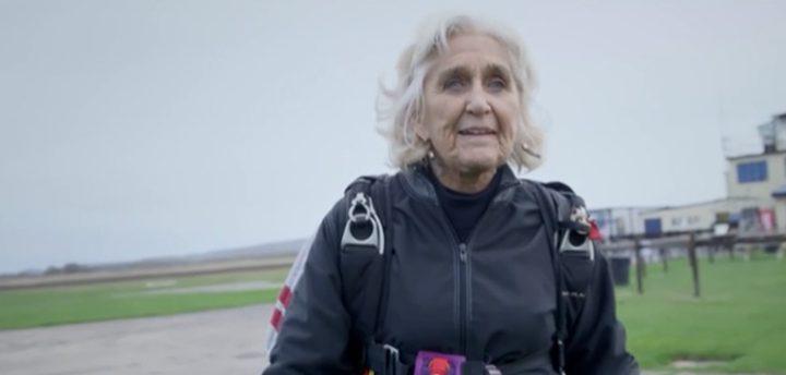 مسنة تخطت الـ80 من عمرها تحترف القفز بالمظلات