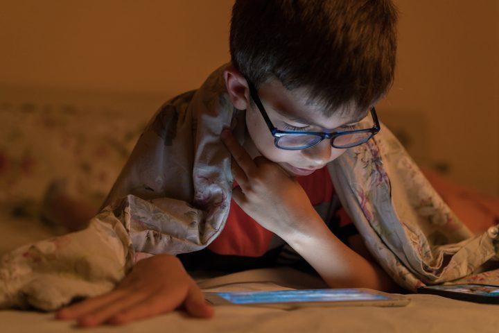 طبيب:استخدام الهواتف الذكية بكثرة يعرض الأطفال للإصابة بقصر النظر