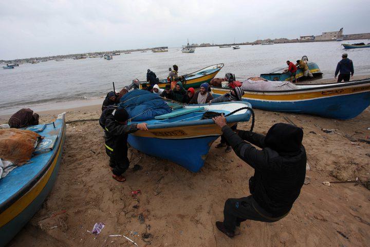 صيادون فلسطينيون يعدون قواربهم في ميناء غزة بعد قرار الاحتلال زيادة مساحة الصيد في بحر قطاع غزة إلى 15 ميل بحري بدءاً من صباح الاثنين.