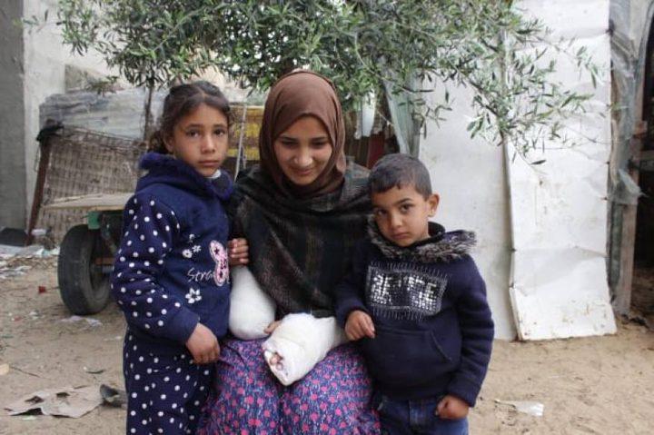 امرأة فقدت يدها في قصف إسرائيلي وتستغيث لإنقاذ الأخرى من الضياع