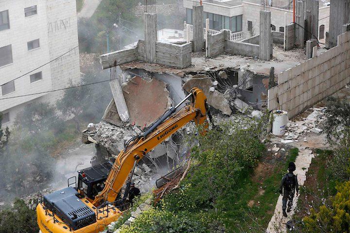 جرافات الاحتلال تقوم بهدم مباني الفلسطينيين في بيت جالا بالقرب من بيت لحم