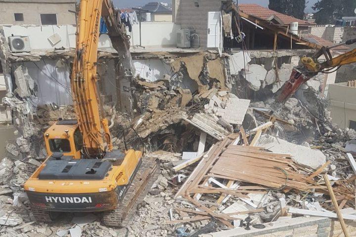 بلدية الاحتلال تلزم صاحب مبنى سكني هدمته بدفع فاتورة الهدم