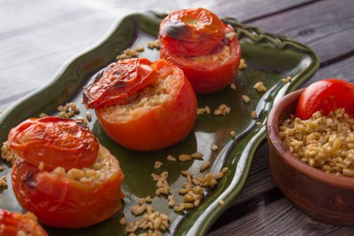 طماطم محشوة بالدجاج والفريكة
