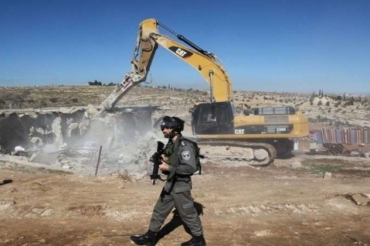 """الخليل: قوات الاحتلال تداهم """"خلة الضبع"""" وتصور مدرسة مهددة بالهدم"""