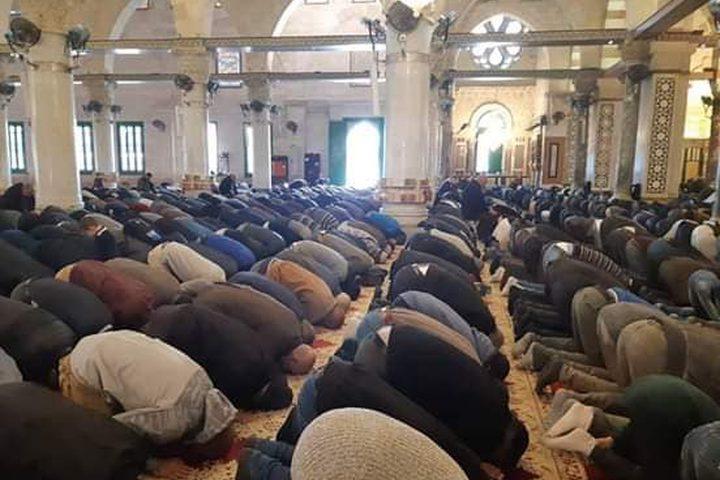 40 ألف مصل أدو صلاة الظهر في رحاب المسجد الأقصى المبارك في ذكرى الإسراء والمعراج