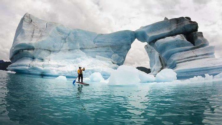 """موجة """"جليدية"""" ضخمة كادت تقتل سياحا في لحظة خاطفة"""