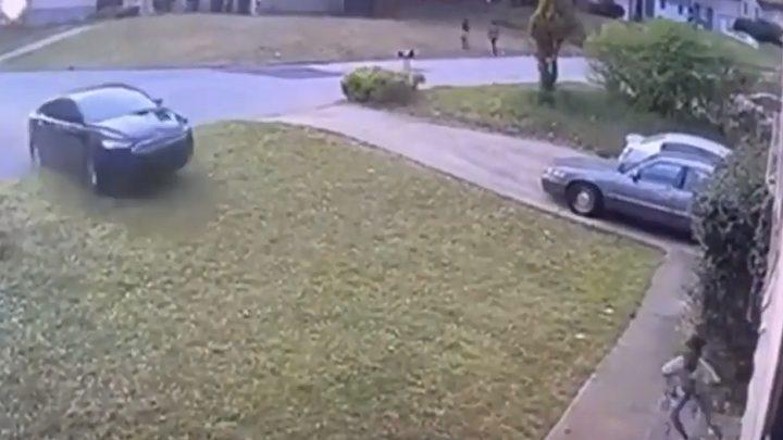 معجزة حقيقية تنقذ طفلة دهستها سيارة بسرعة جنونية!