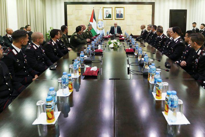 رئيس حكومة تسيير الأعمال د.رامي الحمد الله خلال استقبال طاقم التدريب الأمني الايطالي.