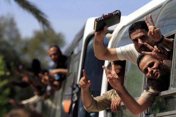 الاحتلال يفرج عن الأسير المريض أشرف أبو الهدى بعد انتهاء محكوميته