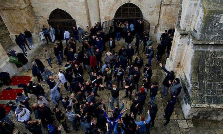 الاحتلال يعتقل شابا لفتحه مصلى الرحمة ويبعد مصليا عن الأقصى