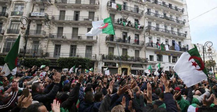 """جمعة الجزائر السابعة تتجاوز بوتفليقة إلى """"رموز النظام"""""""