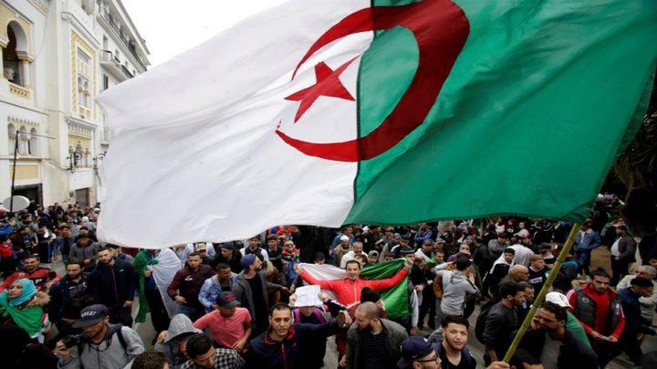 """الجزائريون يتظاهرون ضد """"الباءات الثلاث"""""""