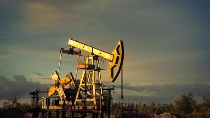 """المخاوف الاقتصادية """"تهبط"""" بأسعار النفط"""